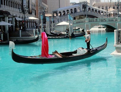 contemporary-public-light-art arts arte biennale-venice-gondola-sculpture-manfred-Kielnhofer-statue-