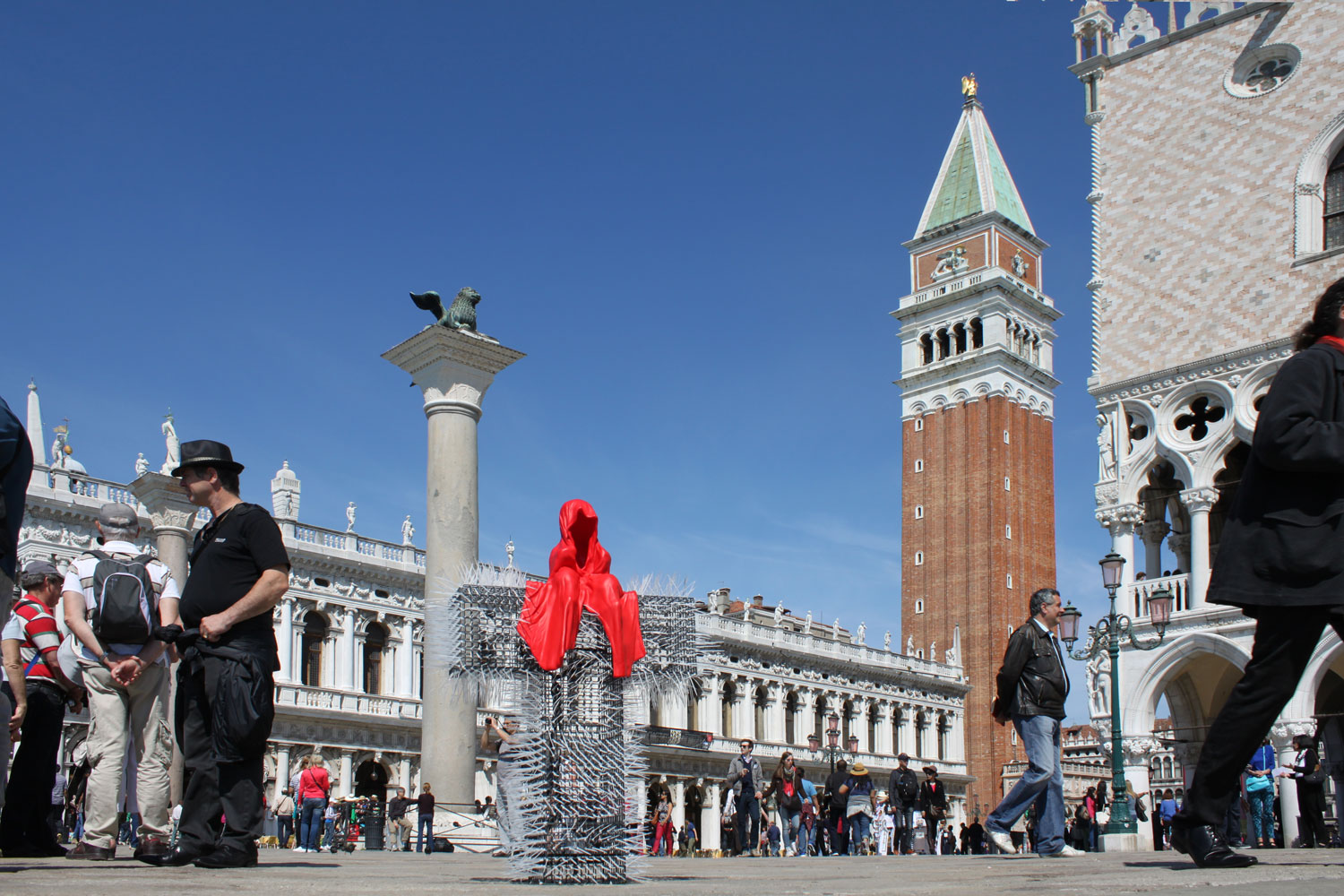 public-show-art-biennial-venice-italy-christoph-luckeneder-manfred-kielnhofer-t-guardian-sculpture-art-arts-arte-2692y