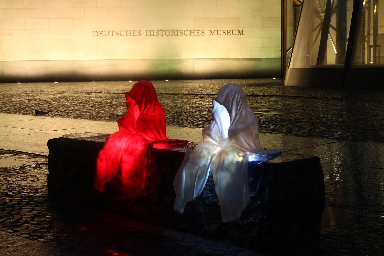 festival-of-light-berlin-german-historic-museum-guardians-of-time-waechter-kielnhofer-contemporary-light-art-sculpture-6880