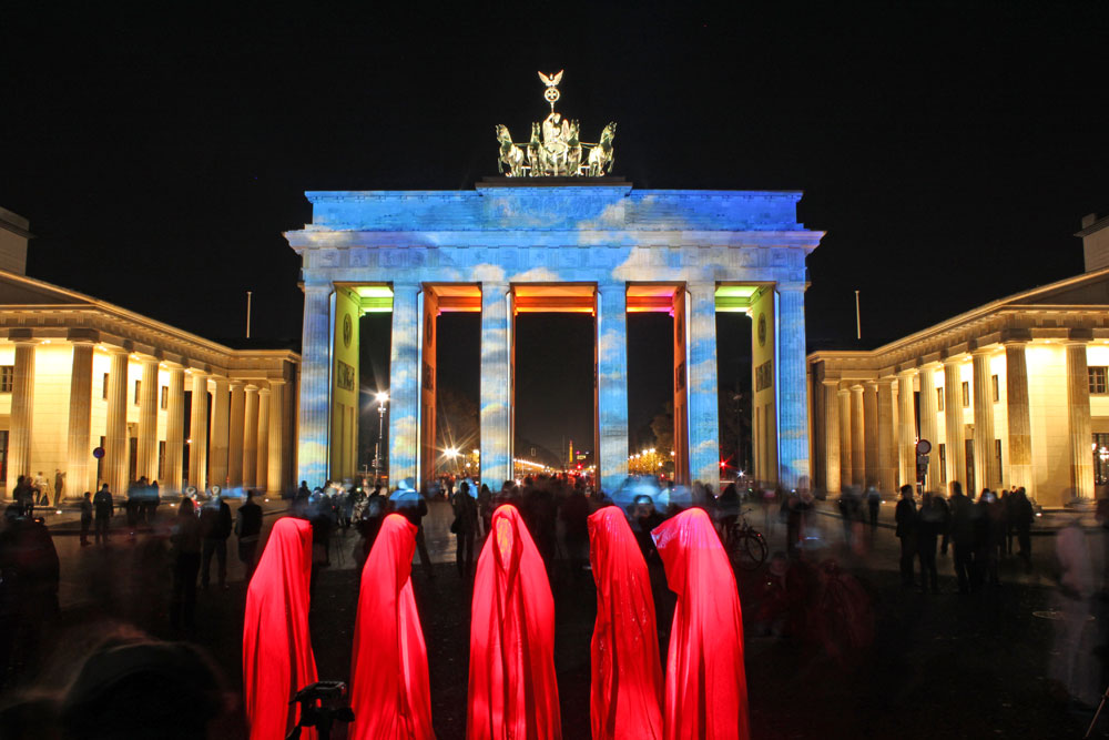 festival-of-lights-berlin-brandenburger-tor-gate-contemporary-light-art-projects-show-sculpture-time-guardians-timekeepers-waechter-manfred-kielnhofer-0205
