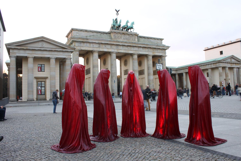 festival-of-lights-berlin-germany-brandenburger-gate-guardians-of-time-sculpture-manfred-kielnhofer-waechter-der-zeit-7966