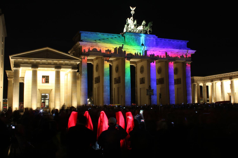 festival-of-lights-berlin-germany-brandenburger-gate-guardians-of-time-sculpture-manfred-kielnhofer-waechter-der-zeit-8030