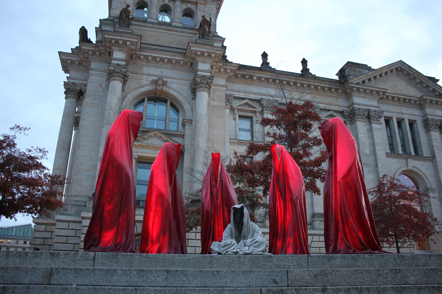 festival-of-lights-berlin-germany-reichstag-contemporary-light-art-sculpture-guardians-of-time-waechter-manfred-kielnhofer-7339