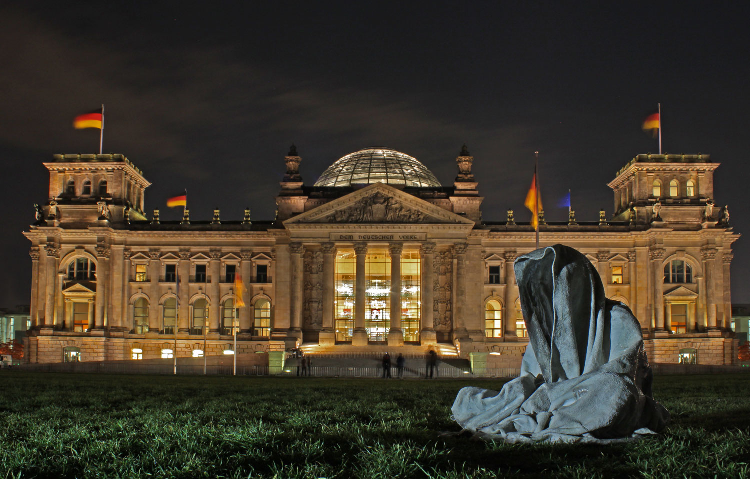 festival-of-lights-berlin-germany-reichstag-contemporary-light-art-sculpture-guardians-of-time-waechter-manfred-kielnhofer-7426y