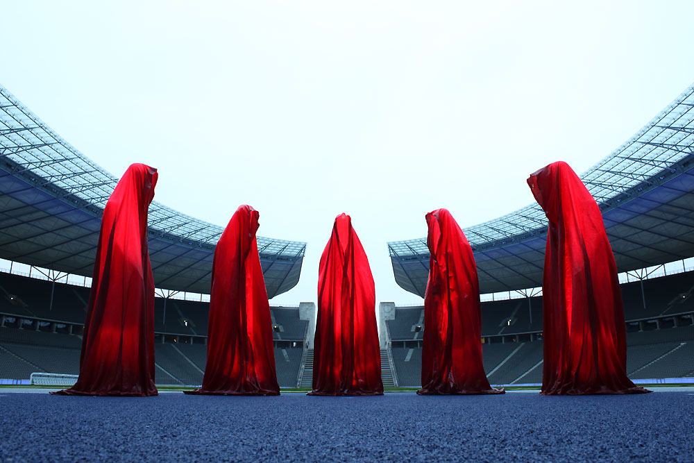 festival-of-lights-light-art-projects-olympia-stadion-berlin-time-guardians-timekeepers-waechter-sculpture-manfred-kielnhofer-0010