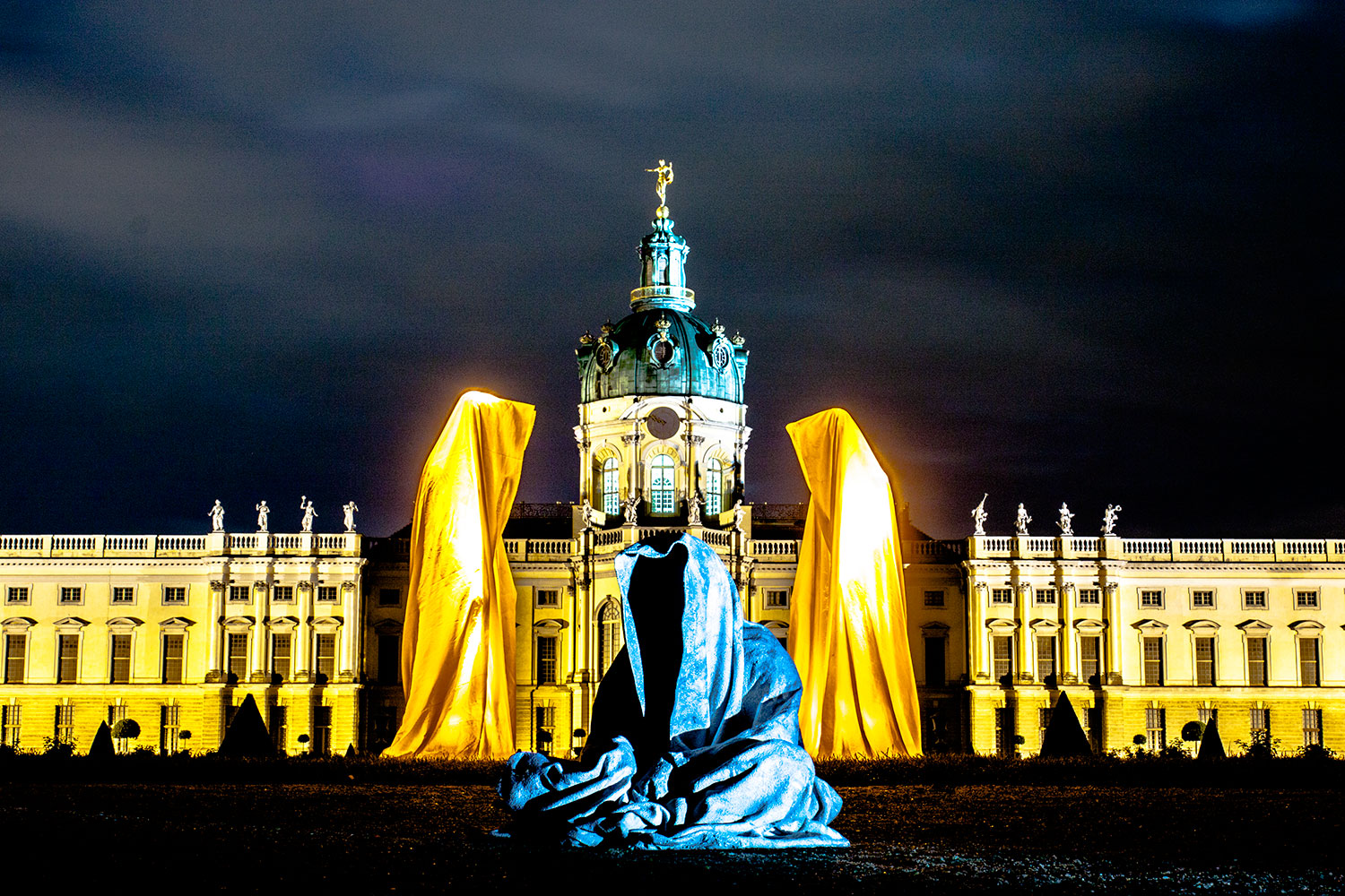 festival-of-lights-berlin-contemporary-light-art-sculpture-show-guardians-of-time-by-manfred-kielnhofer-castle-schloss-charlottenburg-germany-7613y
