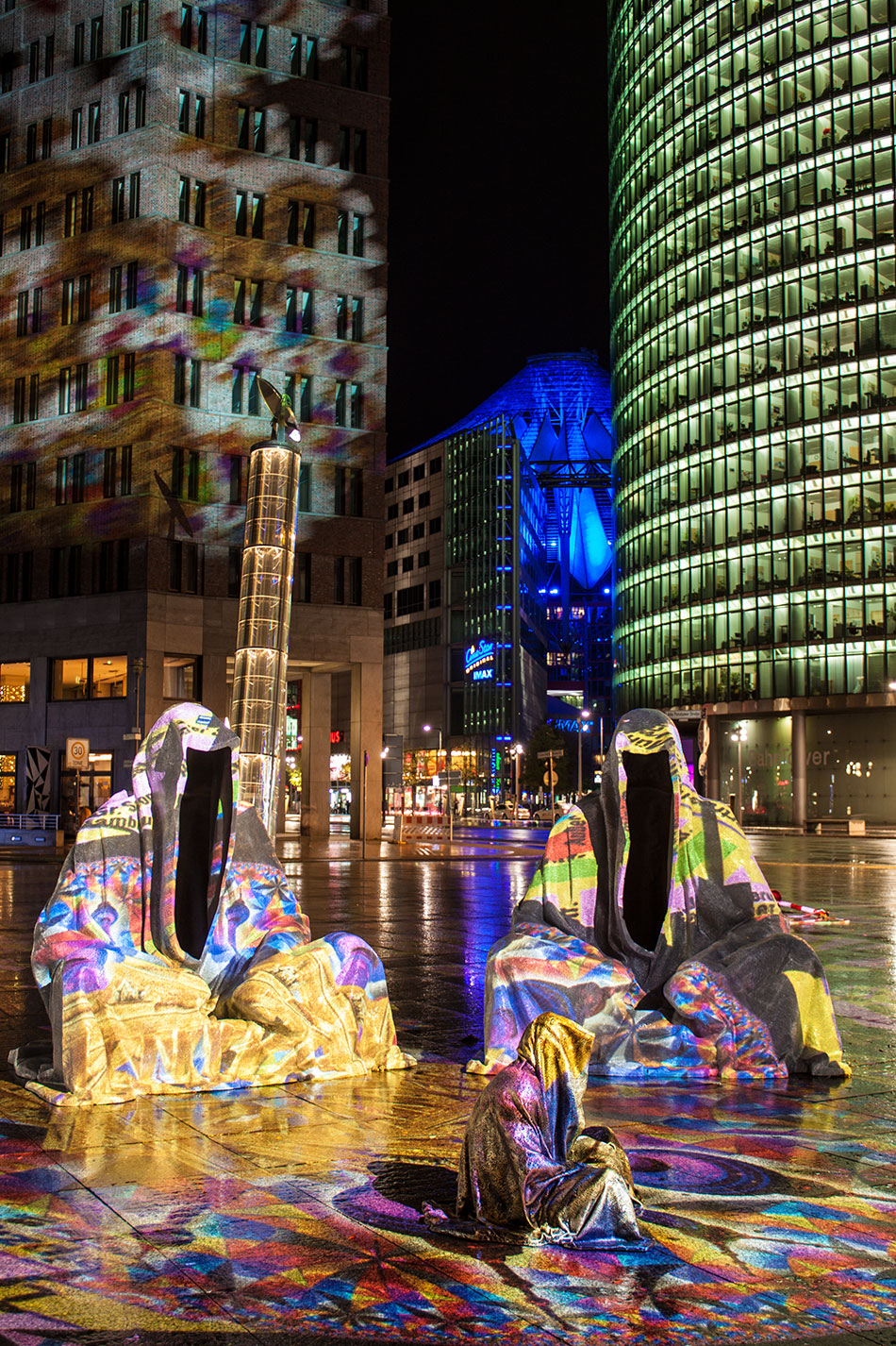 festival-of-lights-berlin-light-art-festival-contemporary-fine-art-design-show-large-scale-sculpture-guardiansof-time-manfred-kili-kielnhofer-sculpture-3898