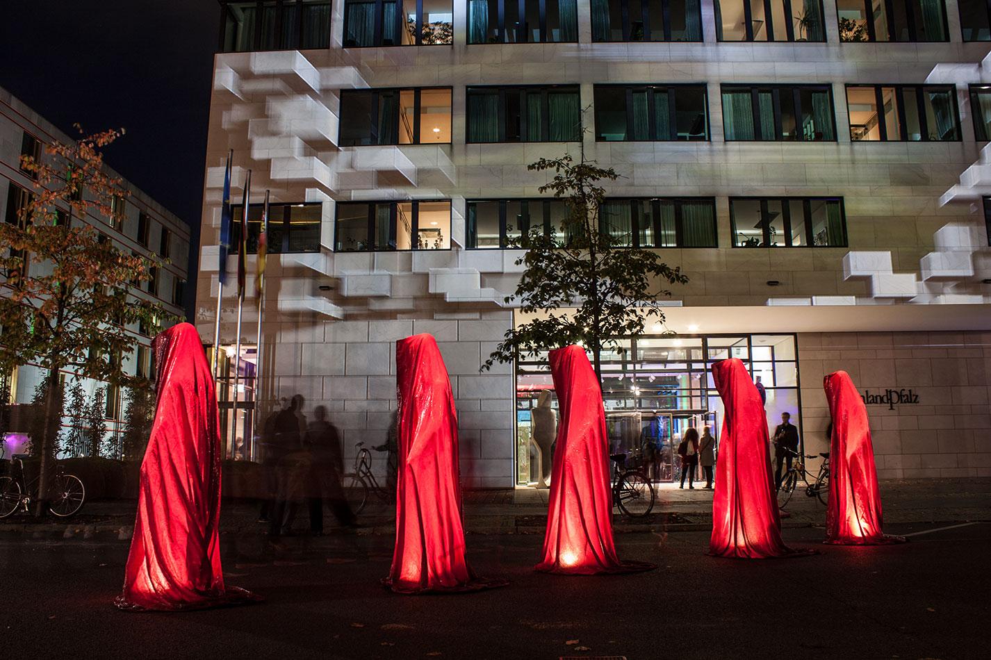 festival-of-lights-berlin-ministergaerten-light-art-festival-contemporary-fine-art-design-show-guardiansof-time-manfred-kili-kielnhofer-sculpture-3638