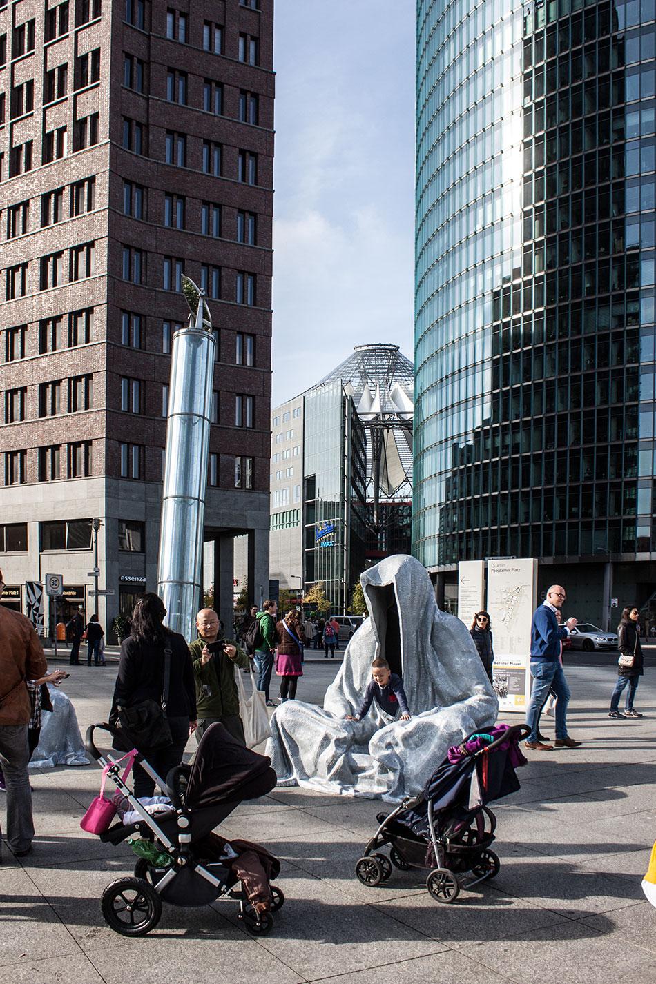 festival-of-lights-berlin-potzdamer-platz-light-art-show-exhibition-lumina-guardians-of-time-manfred-kili-kielnhofer-contemporary-arts-design-sculpture-3095