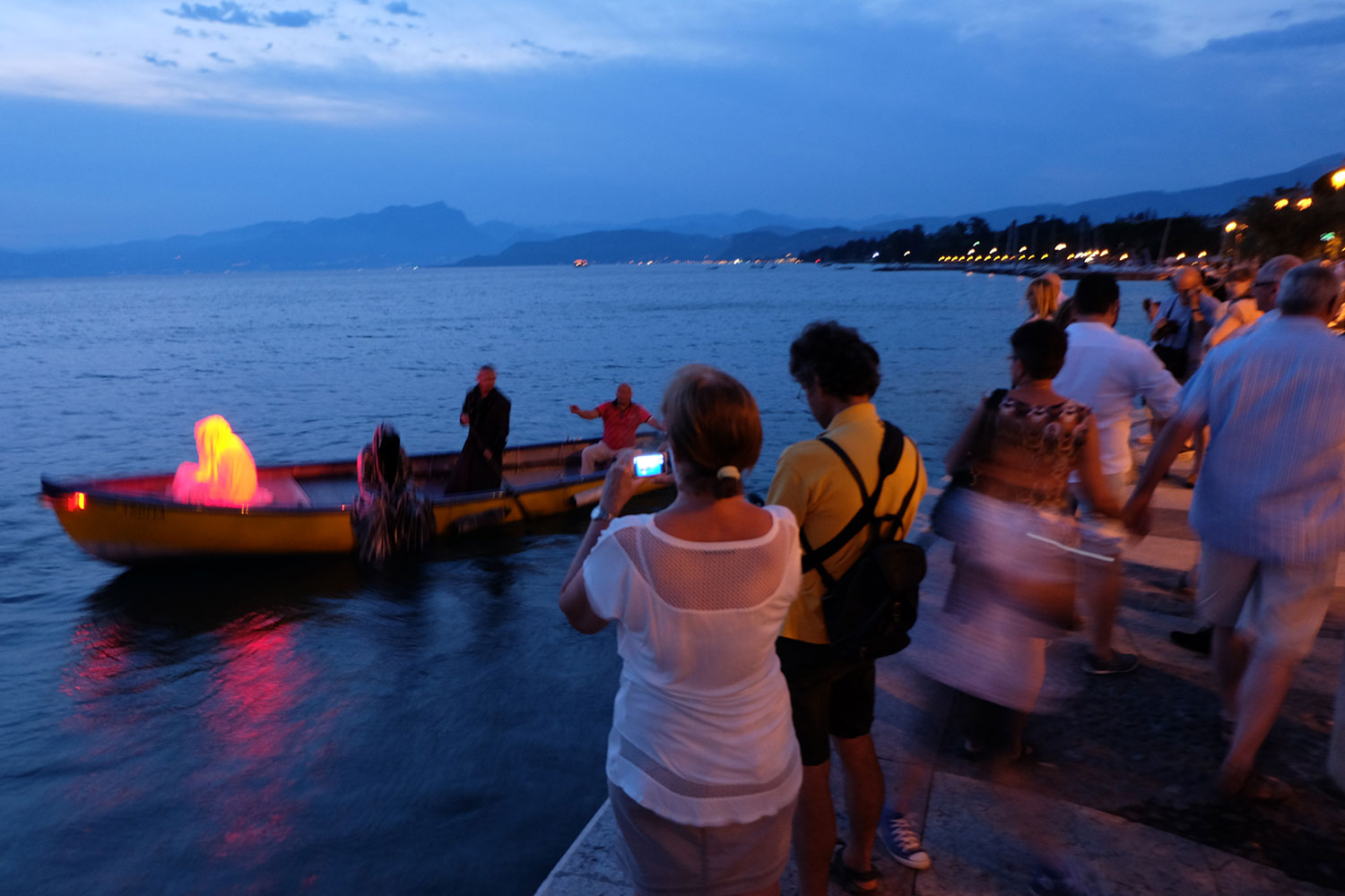 lazise-largo-de-guarda-italia--kouba-designkooperative-austria-guardians-of-time-manfred-kili-kielnhofer-contemporary-art-design-arts-arte-sculpture-theater-foto-film-performnce-avalon-ferryman-3845