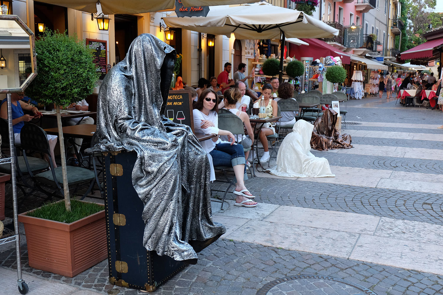 monika-kouba-designkooperative-lazise-largo-de-guarda-guardians-of-time-manfred-kili-kielnhofer-contemporary-art-design-ats-arte-sculpture-chirge-religion-3727