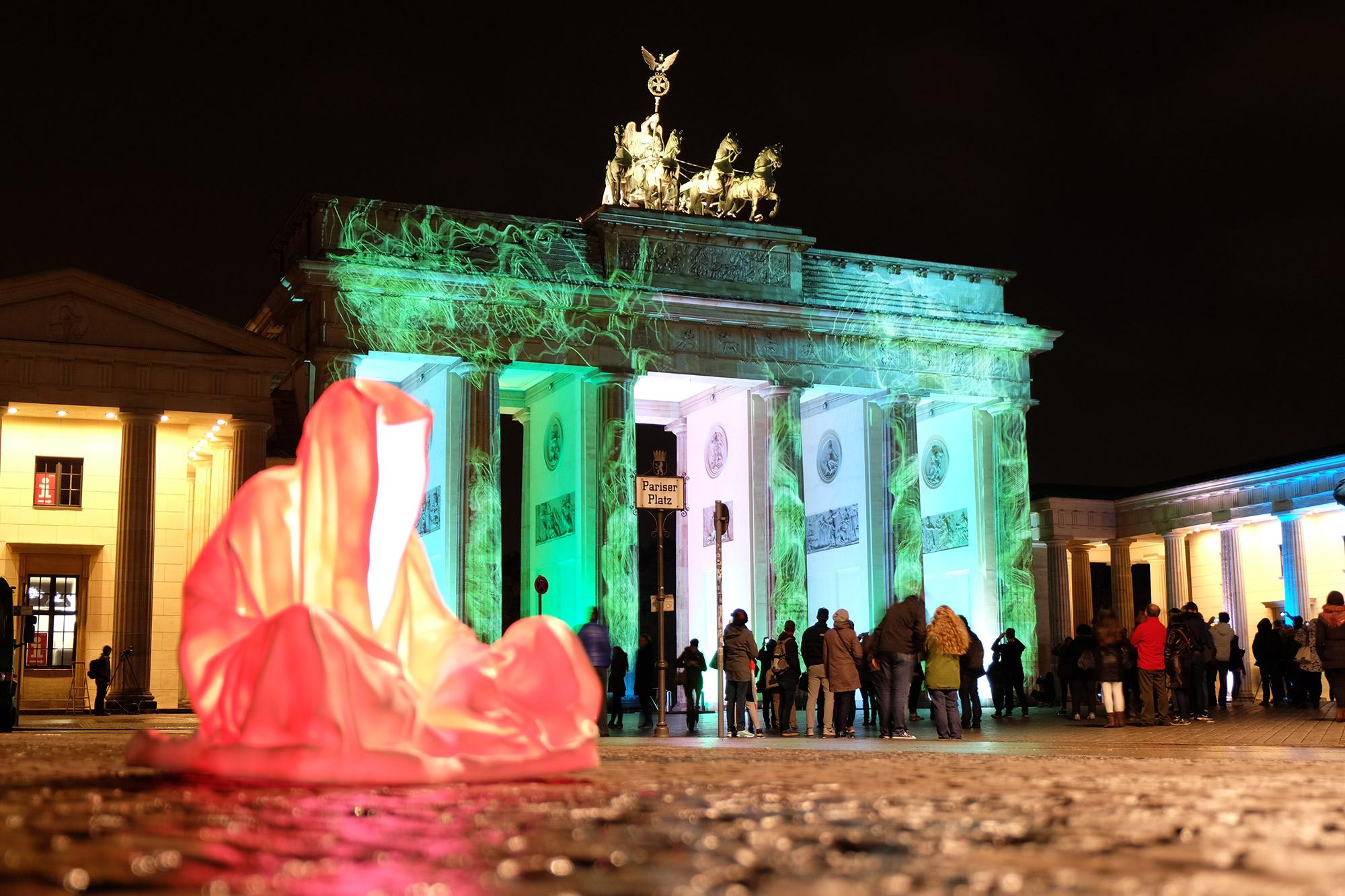 festival-of-lights-berlin-guardians-of-time-manfred-kielnhofer-lumina-light-contemporary-art-design-statue-sculpture-fineart-ghost-faceless-no-face-9450